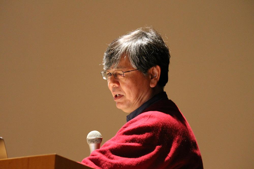 原始ブラックホールについて説明する川崎教授