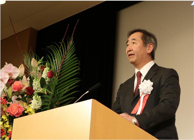 記念式典の冒頭で挨拶する梶田所長