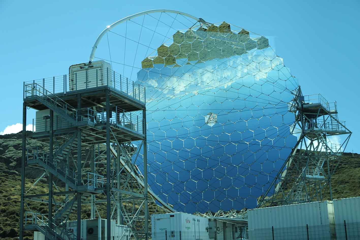 ラ・パルマ島の山頂付近に完成したCTA大口径望遠鏡1号基