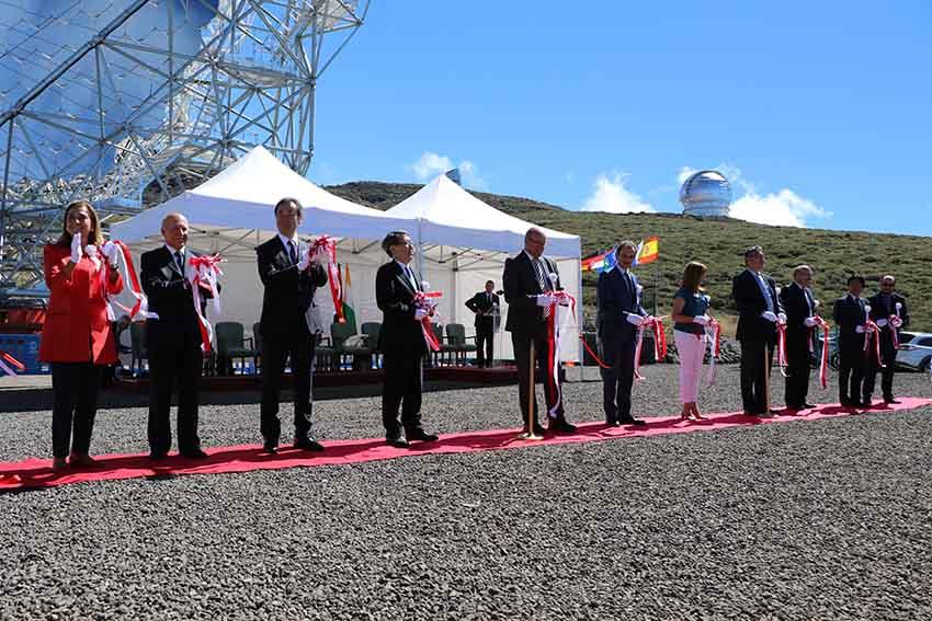CTA大口径望遠鏡一号基の完成を祝うテープカットが、11人よって行われました