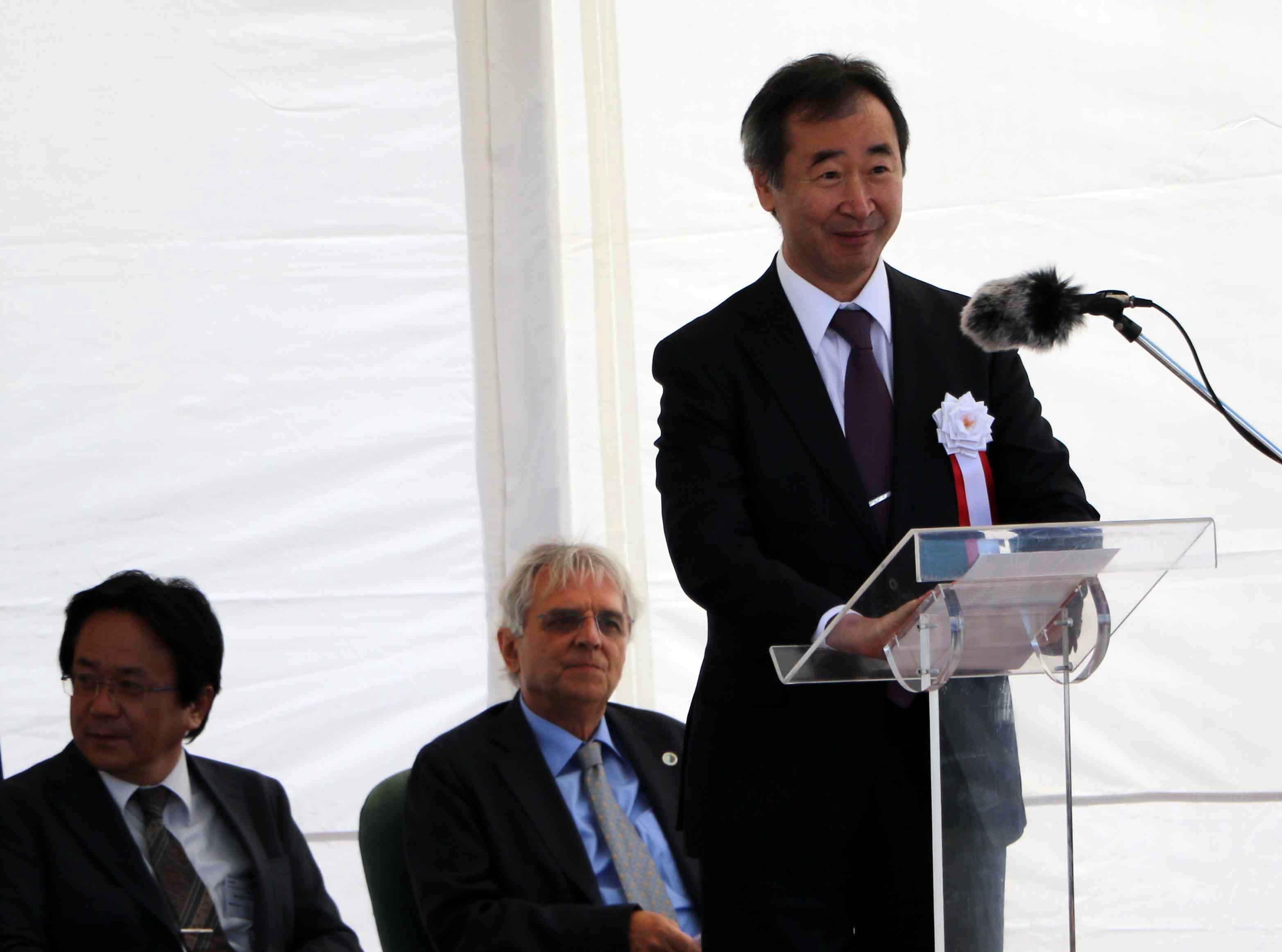 式典で挨拶する梶田隆章・宇宙線研究所所長