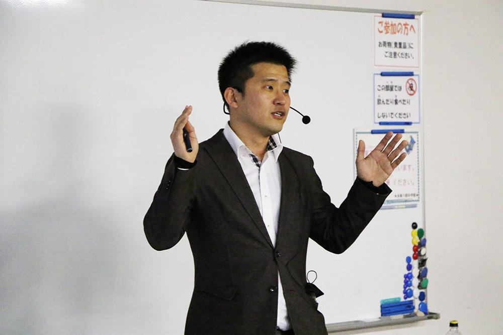 サイエンスカフェで語りかける齋藤特任助教