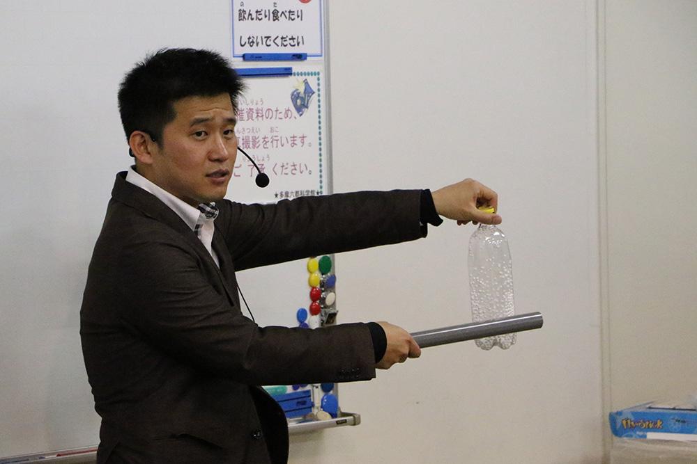 静電気グッズを使い、電場について説明する齋藤特任助教