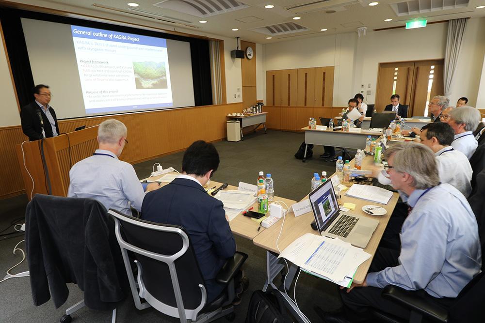 外部評価委員会で研究プロジェクトについての説明に耳を傾ける委員たち