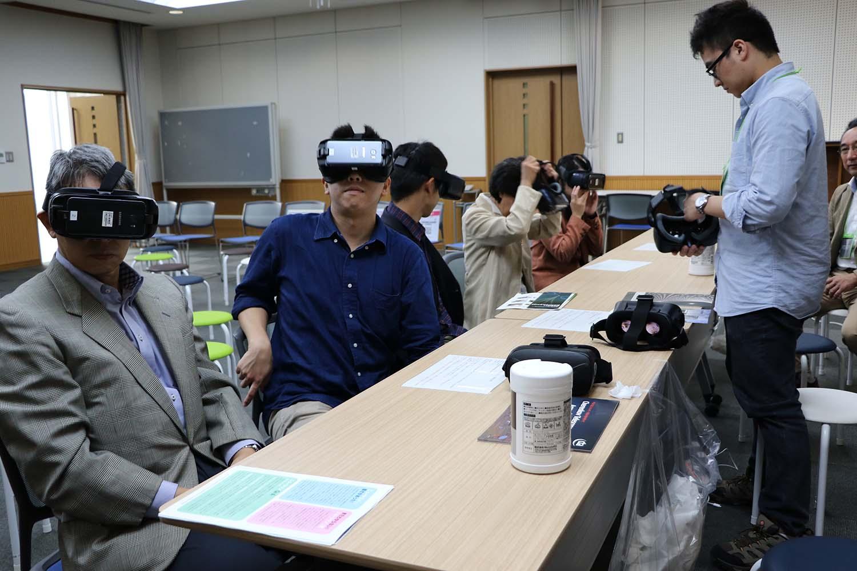 VRゴーグルで3Dの実験装置を堪能する参加者