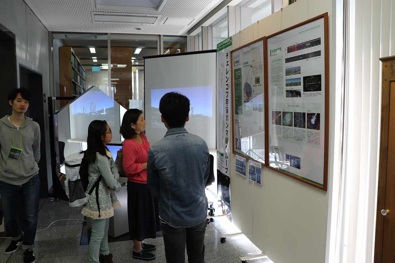 巨大な鏡を展示したCTAのコーナーに立ち寄る参加者